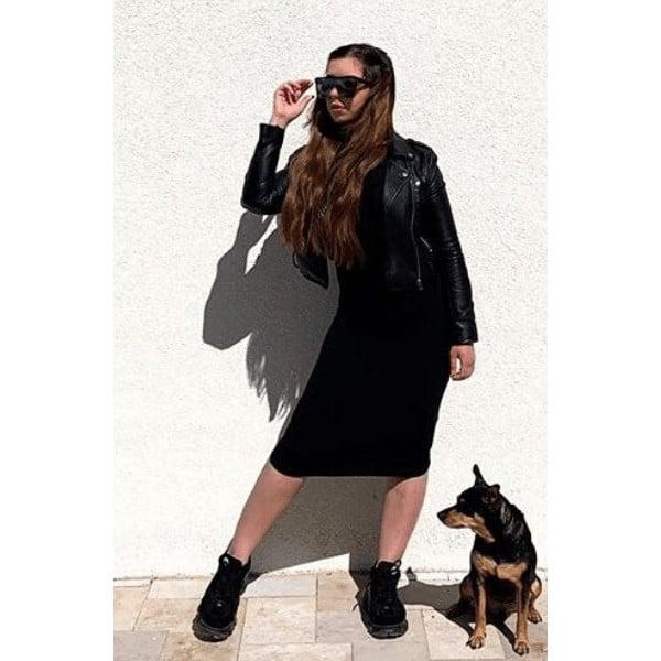 hosszú barna hajú lány egy kutya mellett